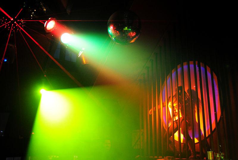 800px-Bar_Cafe_d'Epoque_-_Cage_Dancer
